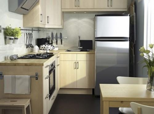 Từ nội thất đến thiết bị nhà bếp đều có bề mặt sáng bóng giúp cho không gian bếp nhỏ như được nới rộng thêm diện tích