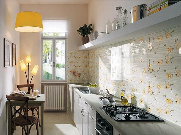 Bếp hẹp dài, tạo điểm nhấn bằng ốp tường có hoa văn nhẹ nhàng