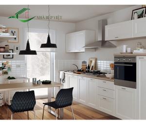 Thiết kế tủ bếp kịch trần có bàn đảo đa năng tạo một không gian lưu trữ lớn trong không gian bếp nhỏ
