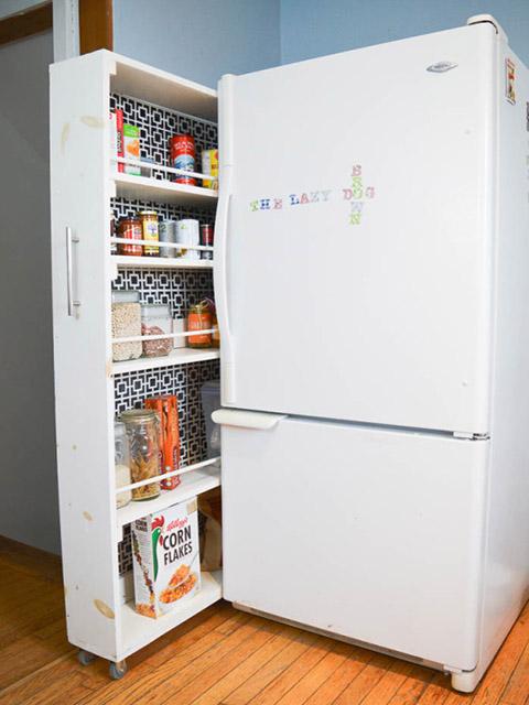 Sử dụng giá trượt đựng đồ để tận dụng tối đa khoảng trống trong không gian bếp nhỏ