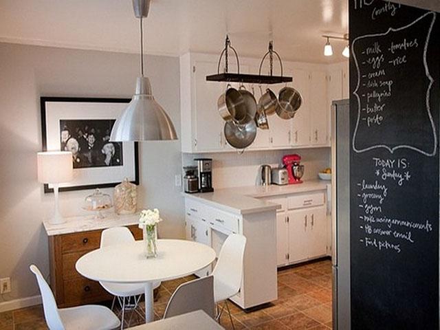 Phòng bếp nhỏ đẹp với móc treo tiện dụng